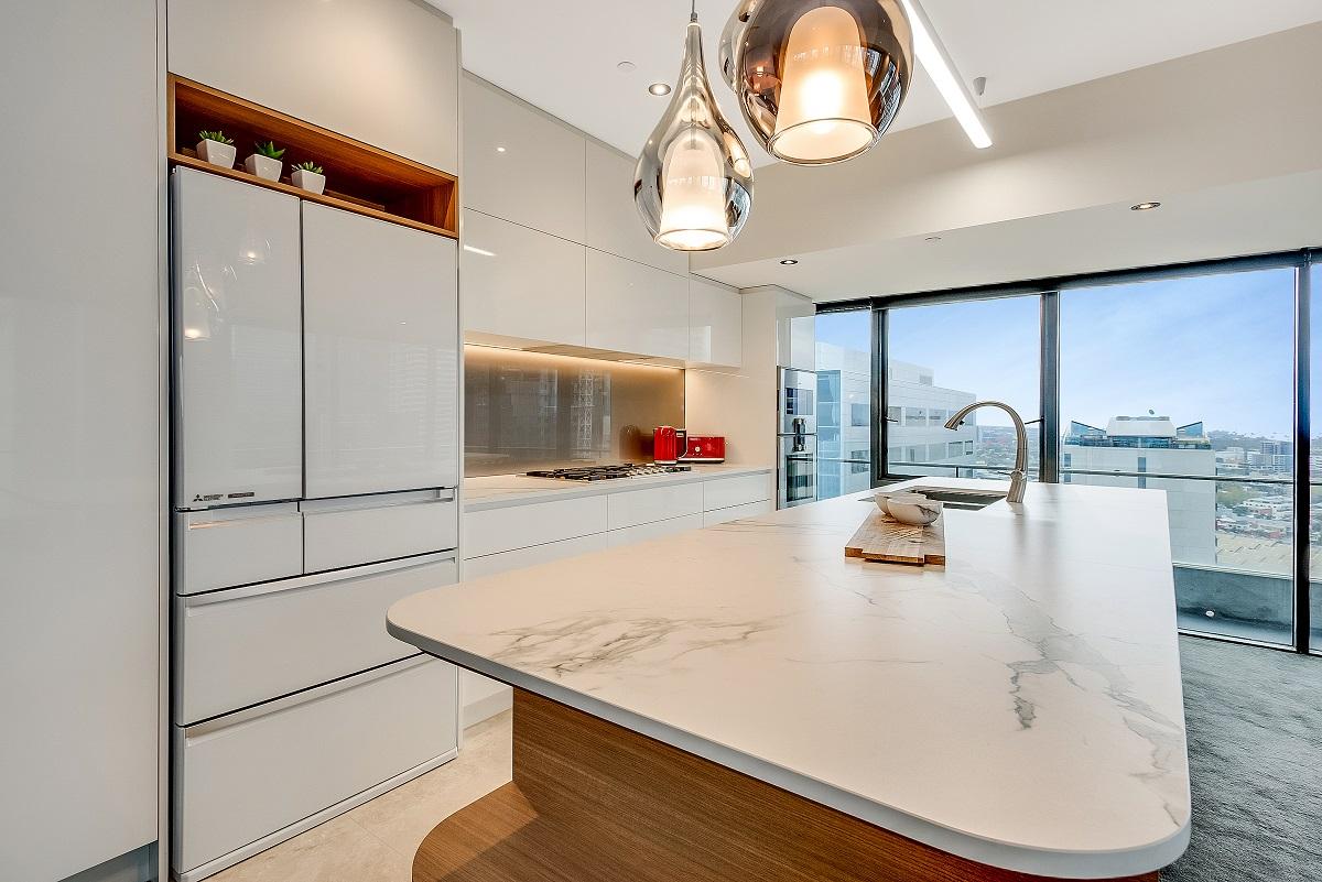 Apartment living vinyl gloss dekton aura for Complete kitchens