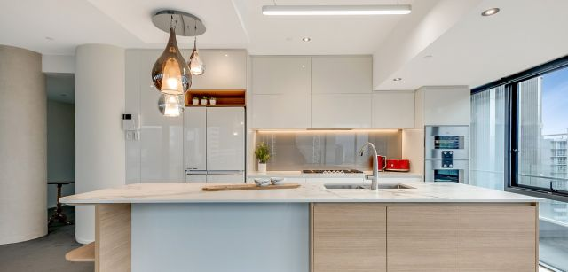 Apartment Living – Vinyl Gloss & Dekton Aura
